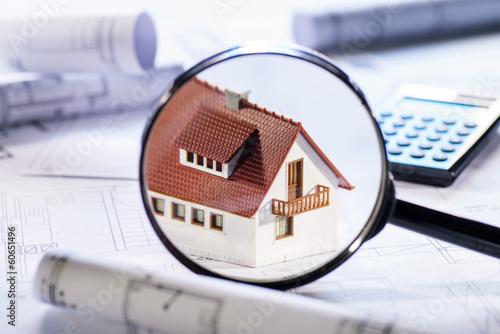 Leinwanddruck Bild Haus im Fokus einer Lupe