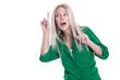 Neugierige Frau in Grün isoliert hört von einem Sonderangebot