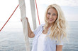 Segeln: Junge blonde Frau im Urlaub auf einem Segelboot