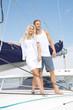 Junges Paar beim Segeln - Urlaub am Segelboot maritim