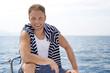 Mann beim Segeln - Segler auf seinem Segelboot oder Yacht