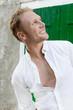 Portrait Mann blond im Sommer - Blick abgewendet