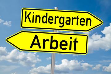 Schild Kindergarten / Arbeit über blauen Himmel