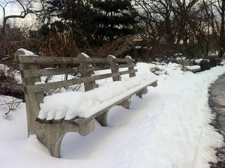 Banco nevado en el Fort Tryon Park en New York City