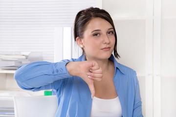 Frustrierte junge Frau im Büro sagt nein und kündigt ihren Job