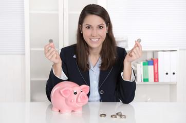 Erster Lohn - Frau freut sich über Hinzuverdienst - Konzept Geld