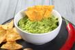 guacamole con nachos sfondo grigio