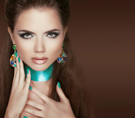 Glamour Fashion Woman Portrait. Jewelry. Makeup and manicured na