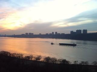 Atardecer en New York Barco remolcador en el río Hudson