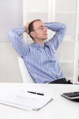 Business Mann schlafend und entspannt im Büro - Mittagspause