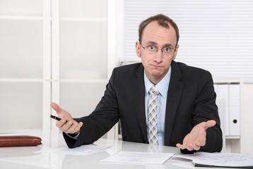 Geschäftsmann hat Probleme im Büro