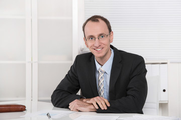 Geschäftsführer oder netter Chef - Portrait sitzend im Büro