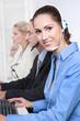 Personen in einem Callcenter mit Headset