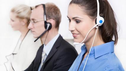 E-Commerce - Mitarbeiter in einem Callcenter am Telefonverkauf