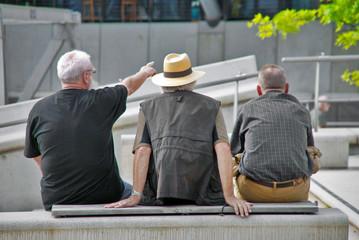 Drei auf einer Bank