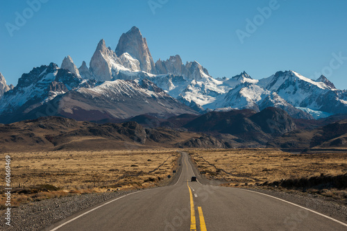 Fotobehang Bergen Road to El Chalten, Fitz Roy in background