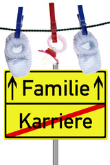 Babyschuhe und Nuckel mit Schild Familie / Karriere