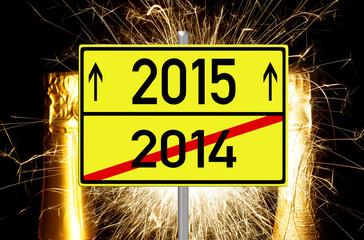 Sektflaschen mit Feuerwerk und Schild 2015