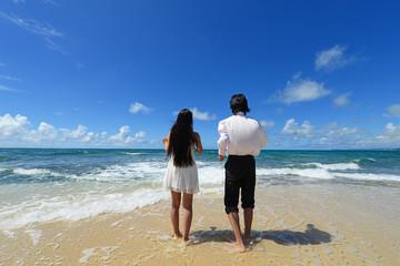 沖縄のビーチで遊ぶカップル