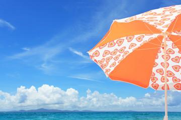 沖縄の海とパラソル