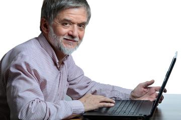 älterer Mann zufrieden am Computer
