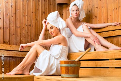 canvas print picture Freundinnen im Wellness Spa bei Sauna Aufguss