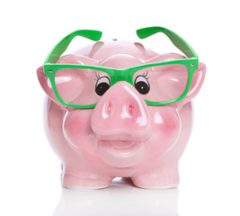 Sparschwein mit Brille isoliert - Konzept für Geld