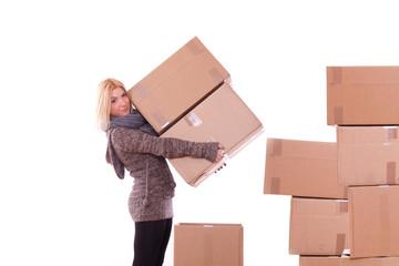 Frau beim Kisten tragen