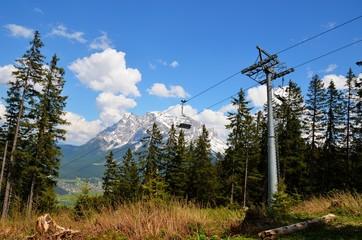 Seilbahn mit Blick auf die Zugspitze
