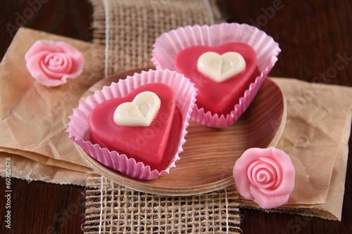zwei rosa petit four herzen