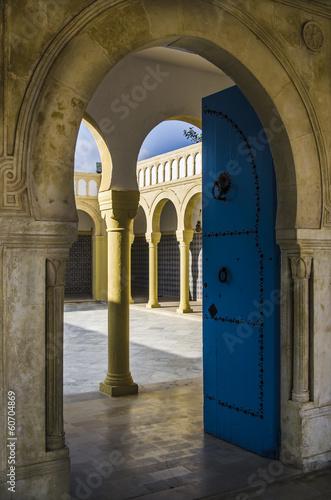 In de dag Tunesië Blaue Tuer einer Moschee in Tunesien