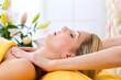 Wellness - Frau erhält Massage in Spa