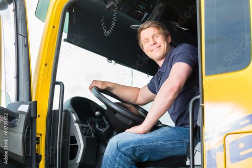 Leinwanddruck Bild Spediteur oder Fahrer in Lastwagen oder LKW