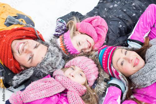 familie liegt im winter