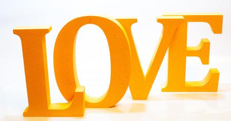 Слово Love из букв желтого цвета на белом фоне