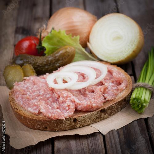 Brot mit Mettwurst