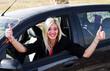 ragazza felice alla guida