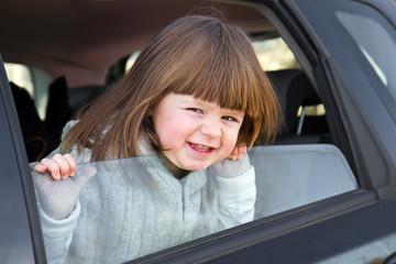 bambina pronta per partire per le vacanze