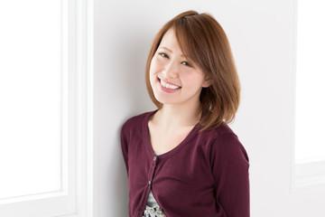 窓辺で笑顔の女性