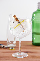 Cinnamon and juniper gintonic