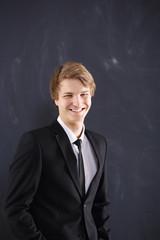 Uśmiechnięty młody mężczyzna