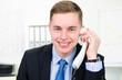 glücklicher businessmann am telefon