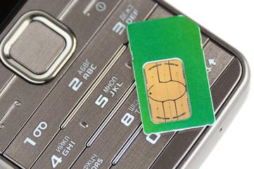 Мобильный телефон и Сим-карта на белом фоне