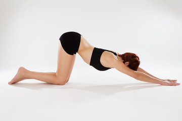 junge frau bei fitness übungen