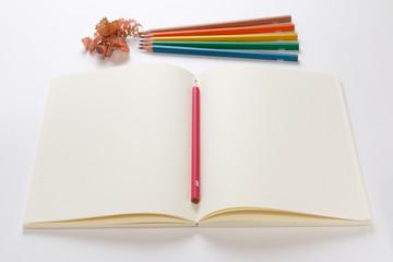 カラフルな鉛筆とノート