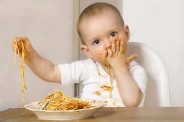Baby isst Spaghetti 01