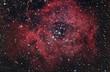 Nebulosa rossa nel cielo notturno - 60753658