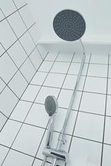 douche carrelée blanche avec mitigeur