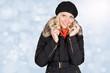 Blond junge Frau im Schnee