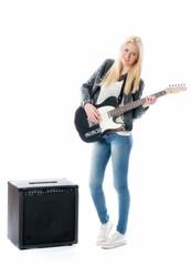 Blondes Mädchen mit Gitarre und Verstärker